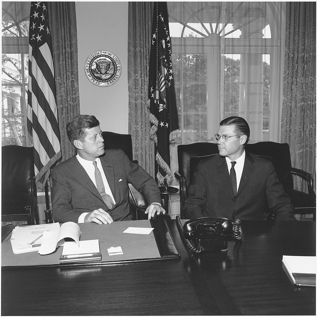 1024px-President_meets_with_Secretary_of_Defense._President_Kennedy,_Secretary_McNamara._White_House,_Cabinet_Room_-_NARA_-_194244